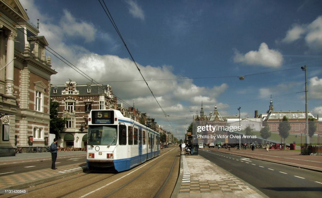 Tram on Van Baerlestraat between the Concertgebouw and the Museumplein in Amsterdam, Netherlands : Foto de stock