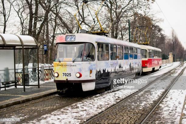 straßenbahn-prag, tschechische republik - u bahnsteig stock-fotos und bilder