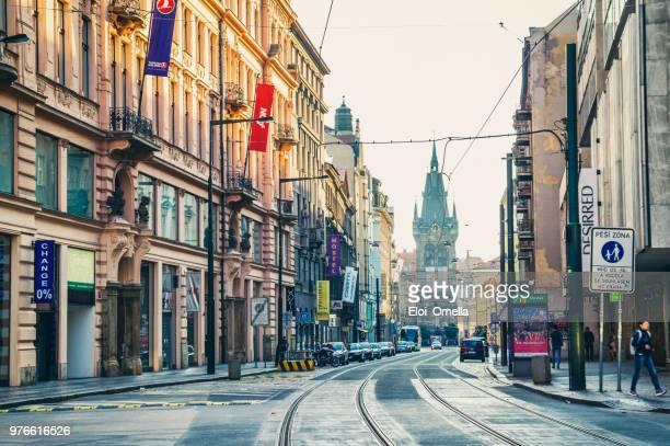 raíles del tranvía y de Henry campanario o Torre Jindrisska en Praga República Checa