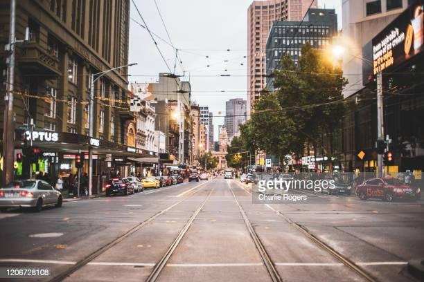tram tracks in elizabeth street, melbourne - melbourne austrália - fotografias e filmes do acervo