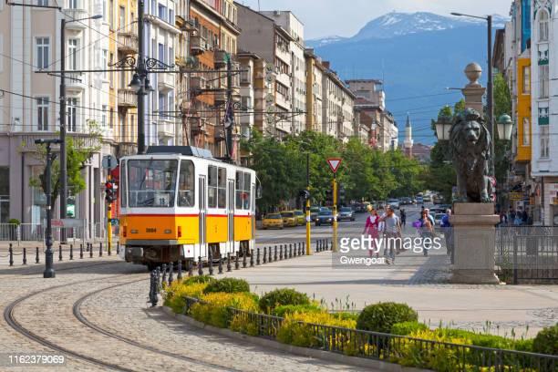 straßenbahn in sofia - bulgarien stock-fotos und bilder