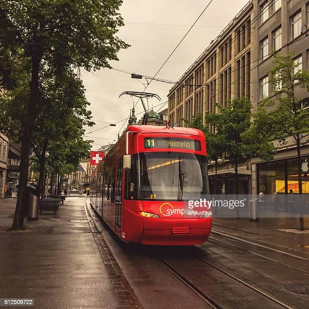 Straßenbahn in Zürich Straße in einen regnerischen Tag