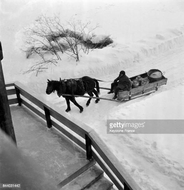 Traîneau tiré par un cheval au Val d'Isère France en février 1956