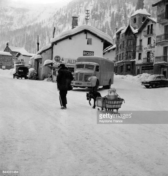 Traîneau transportant le lait tiré par un chien au Val d'Isère France en février 1956