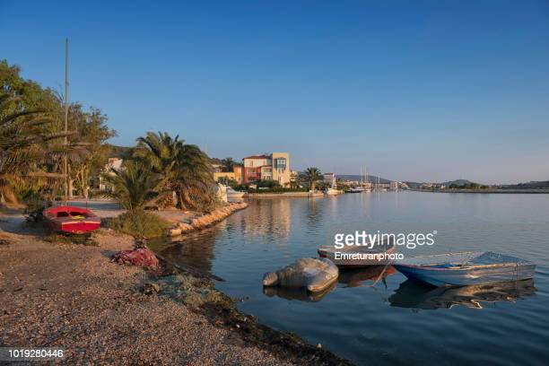 tranquil coastline on a summer day at alacati. - emreturanphoto fotografías e imágenes de stock