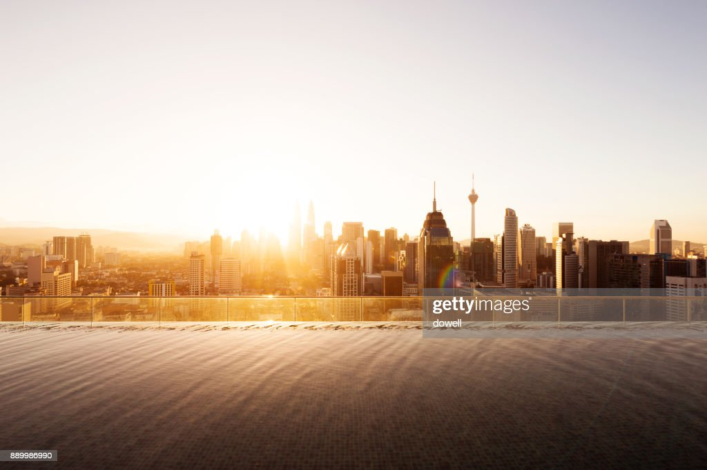 tranquil pool and cityscape of modern city at sunrise : Foto de stock