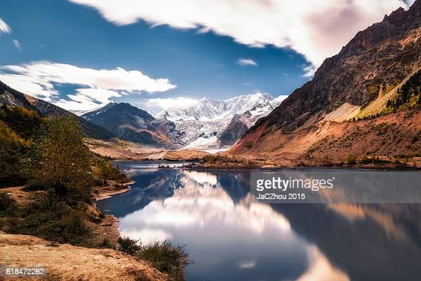 tranquil reflection - tibet stockfoto's en -beelden