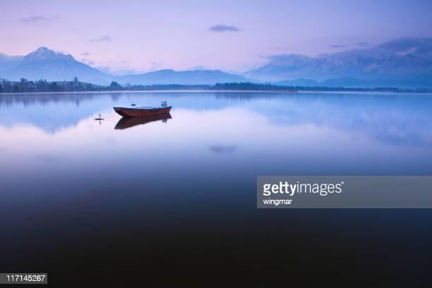 Scène tranquille avec bateau sur le lac hopfensee