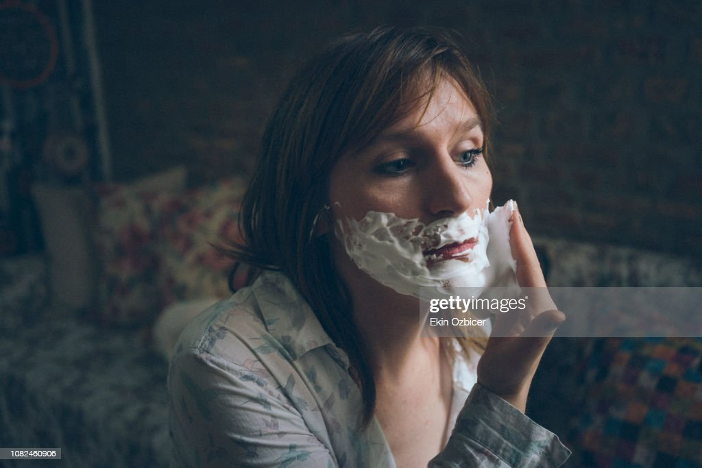 Trans woman shaving : Stock-Foto