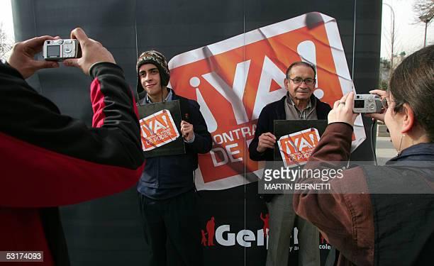 Transeuntes que pasaban por la plaza Baquedano se hacen fotografiar con el fondo de un cartel alusivo al Abuso de Poder en Chile durante el...