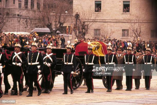 Transfer of the mortal remains of Alfonso XIII to the Escorial Soldiers carrying the coffin of King Alfonso XIII through the courtyard of the...
