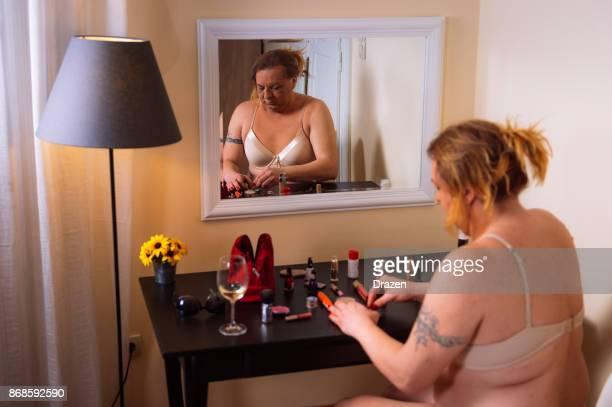 transgenre homme s'apprête à aller faire la fête au club gay - intersex photos et images de collection