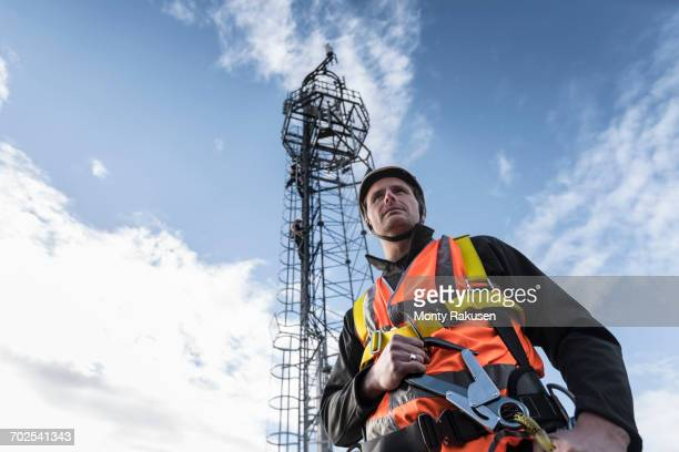 transmission tower engineer with tower, low angle view - tuig mast stockfoto's en -beelden
