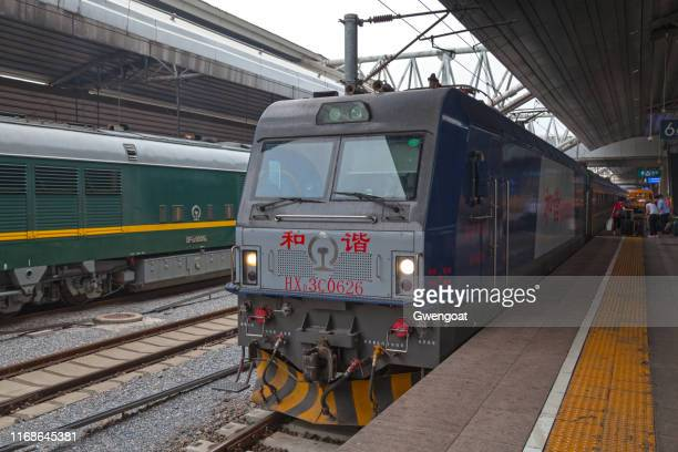 tren trans-mongoliaen en la estación de tren de beijing - gwengoat fotografías e imágenes de stock