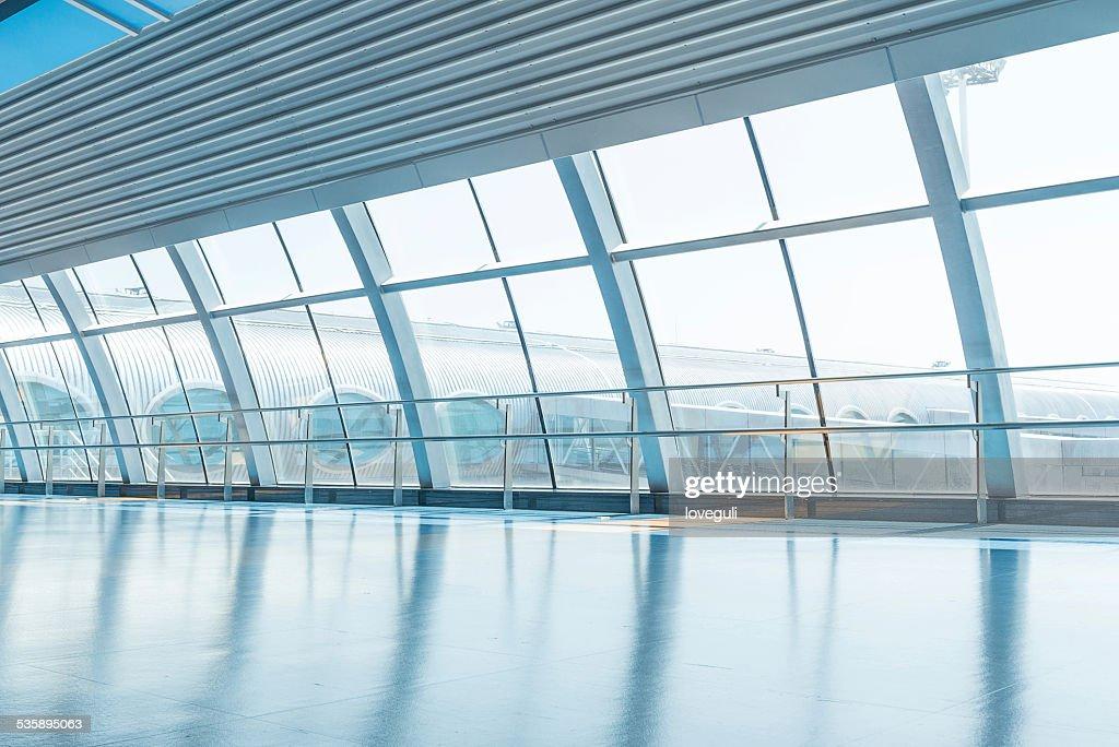 Muro trasparente di vetro e corridoio in aeroporto : Foto stock