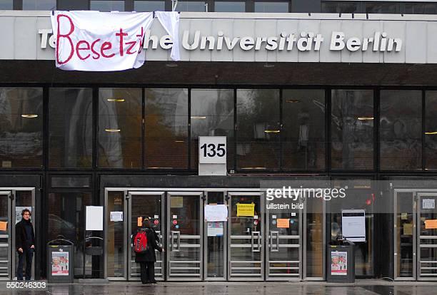 Transparente künden von der Besetzung durch Studenten am Eingang der Technischen Universität Berlin
