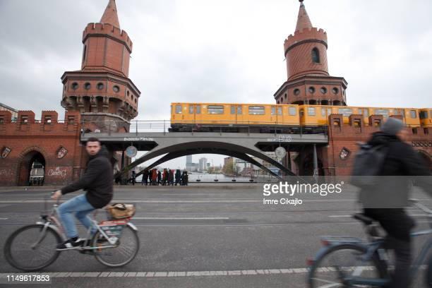 oberbaum 橋での交通 - オベルバウムブリュッケ ストックフォトと画像