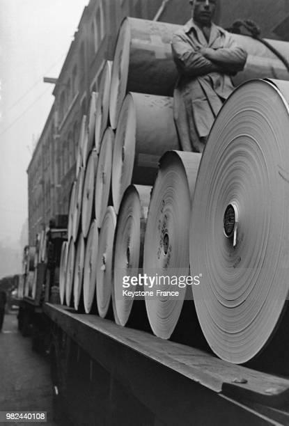 Transport de rouleaux de papier dans Fleet Street à Londres en Angleterre au RoyaumeUni en 1936
