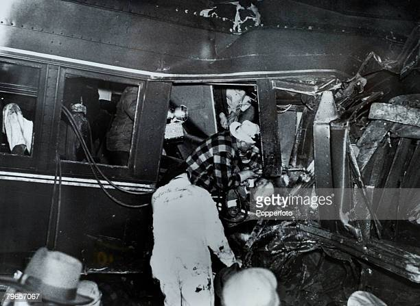 """Transport, Railways, Accidents, pic: 6th February 1951, Woodbridge, New Jersey, USA, A scene of horror greets rescuers after """"The Broker"""" a..."""
