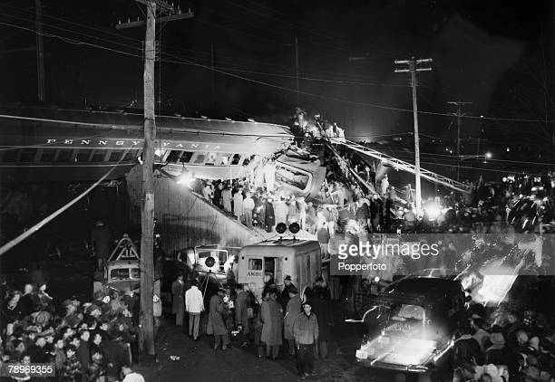 Transport, Railways, Accidents, pic: 6th February 1951, Woodbridge, New Jersey, USA, Rescuers work under the glare of floodlights as they continue to...