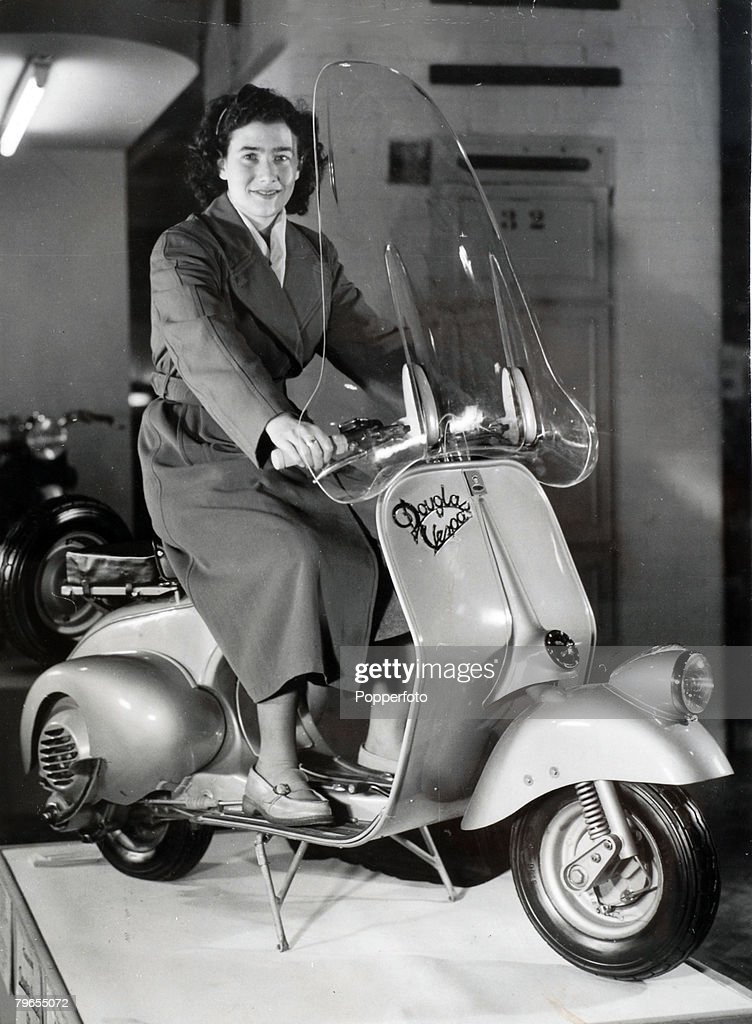 Transport, Scooters, pic: 1949, London, A Douglas Vespa 125 cc machine exhibited at the Earls Court Motor Show : Nieuwsfoto's