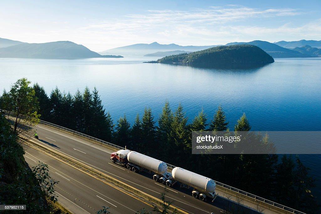 Camión de transporte en automóvil por la carretera 99, Columbia Británica, Canadá : Foto de stock