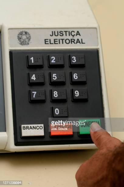 transporte de uma urna eletrônica brasileira - eleição - fotografias e filmes do acervo