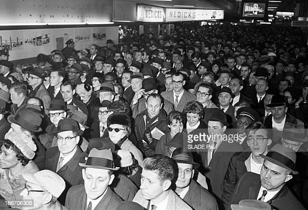Transportation On Strike In New York New York 7 Janvier 1966 Grève des transports marée humaine dans le couloir d'une galerie marchande ou d'une gare...