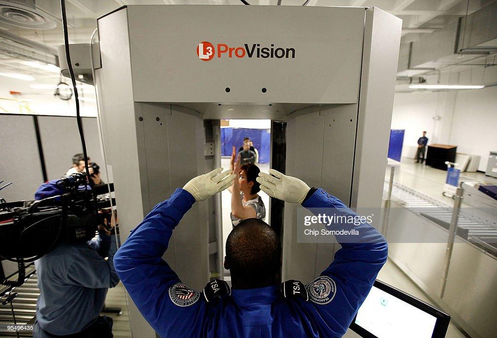TSA Demonstrates New Imaging Technology At Reagan National Airport : ニュース写真