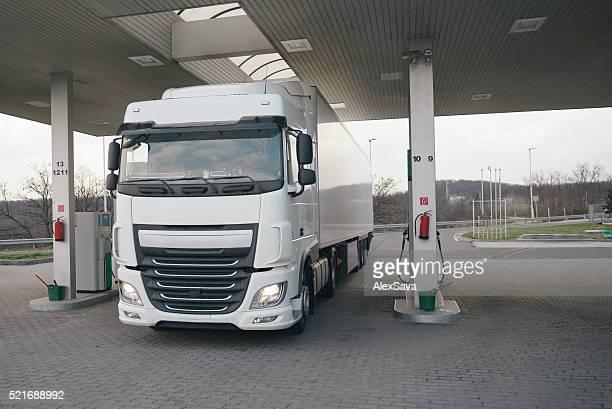 交通機関のトラックは、ガソリンスタンド