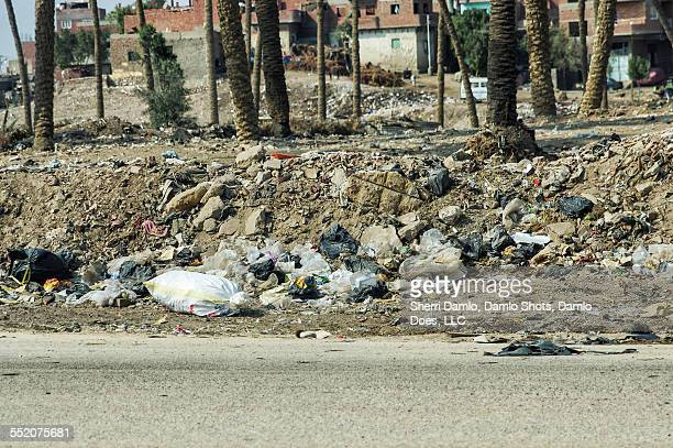 trash along an egyptian road - damlo does foto e immagini stock