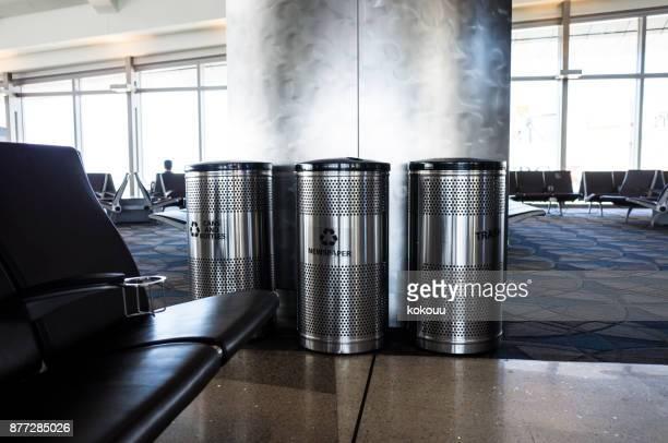 Müll-Box installiert in Flughafen-Lobby.