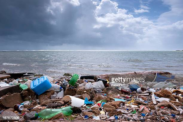 trash on the beach - plastic stockfoto's en -beelden