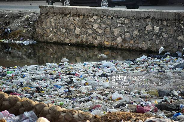 trash pile in an egyptian canal - damlo does foto e immagini stock