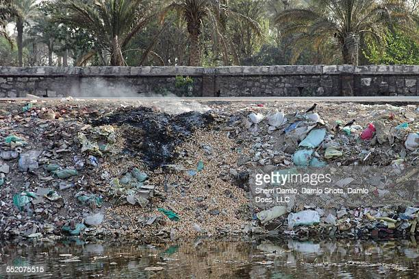 trash pile on fire in cairo - damlo does foto e immagini stock