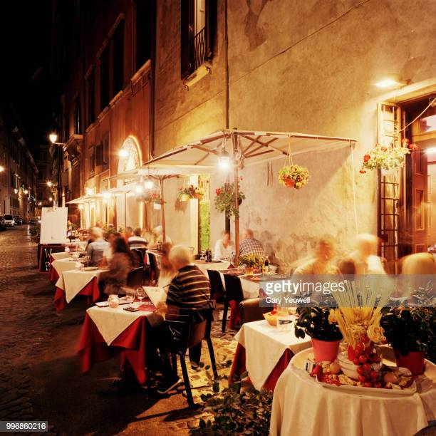 trastevere district in rome at night - cultura italiana fotografías e imágenes de stock