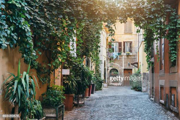 trastevere neighbourhood in rome - mediterrane kultur stock-fotos und bilder