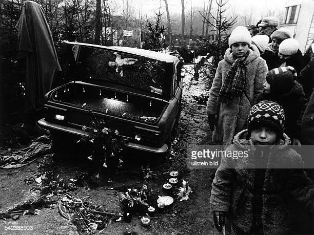 Trauerbekundungen der WarschauerBevölkerung nach der Ermordung desPriesters Jerzy Popieluszko 1984