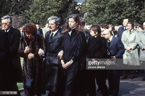 Trauerfeier am in Braunschweig Die Eltern und die Witwe Josefine trauern zusammen mit den FußballBundesligaspielern von Eintracht Braunschweig um den...