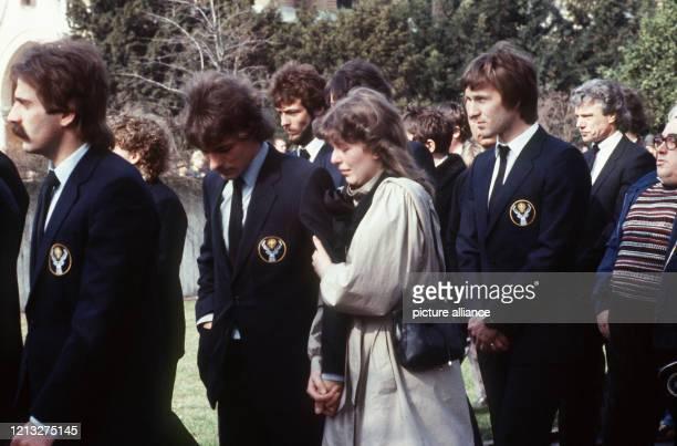 Trauerfeier am in Braunschweig FußballBundesligaspieler von Eintracht Braunschweig trauern um ihren bei einem Autounfall am 7 März 1983 ums Leben...