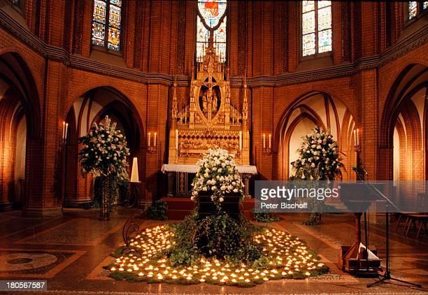 Trauerfeier Dr Peter Matthaes SargHamburgHarvestehude Kirche am TurmwegKirchenschiff geschmückt Blumen Kerzen