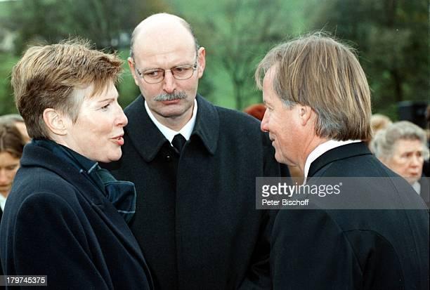 Trauerfeier von Professor JuliusHackethal BeerdigungTVPfarrer Fliege mit der Tochter auserster Ehe Ulricke Rose
