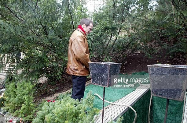 Trauergast Beerdigung von Horst Buchholz Waldfriedhof Berlin Deutschland Europa Grab