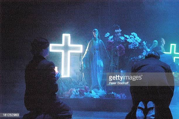 "Trauer-Szene, ""Musical-Theater"", Bremen, , Musical: ""Evita"", A n d r e w L l o y d W e b b e r, Kulisse, Kreuz, Kreuze, Blumen, Maria, Statue,..."
