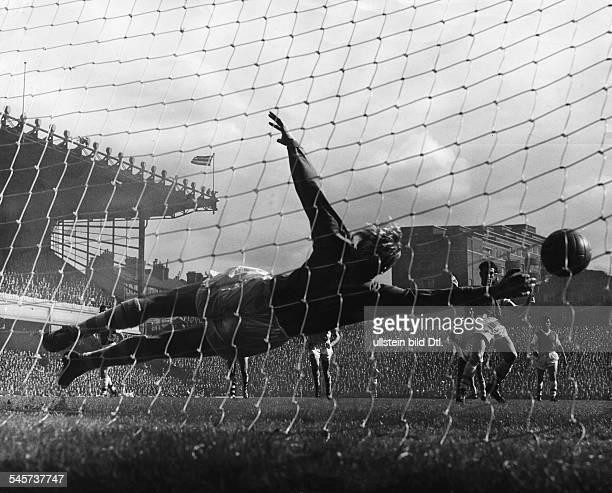 Trautmann Bernhard Carl 'Bert' *Fußballspieler DTorwart bei 'Manchester City' im Spiel gegen Arsenal London bei der Abwehr eines Strafstoßes...