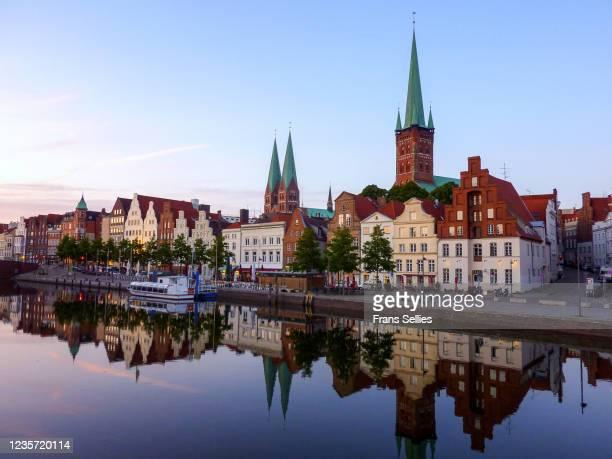 trave river and the historic centre of lübeck, germany - distrito histórico fotografías e imágenes de stock