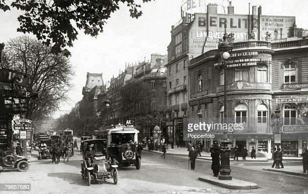 circa 1920 A street scene in Paris showing the Rue Des Italiens