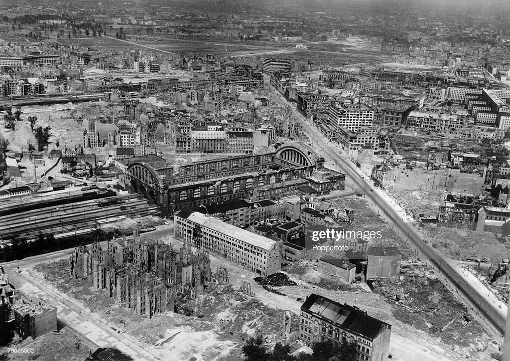 Travel, Cities, Germany, Berlin, pic: June 1949, A view of Berlin from the air, showing the damaged Anhalter Station and devastation around in the American sector in the foreground, with the Russian sector divided from the British and American areas by th : Nachrichtenfoto
