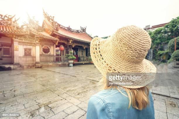 コンセプト - アジア旅行の若い女性を旅行します。