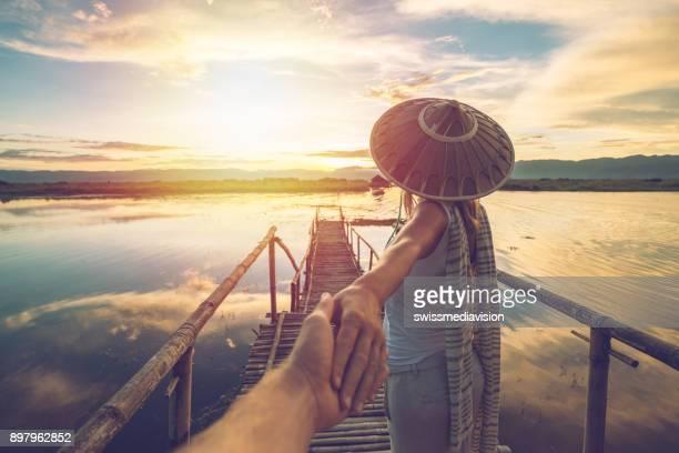 viajar por casal lago ao pôr do sol, myanmar, ásia - seguindo - fotografias e filmes do acervo